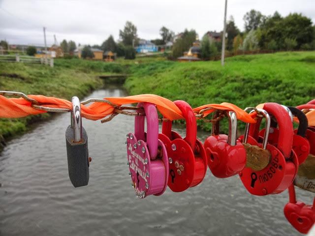 деревянный мостик с замочками для влюблённых