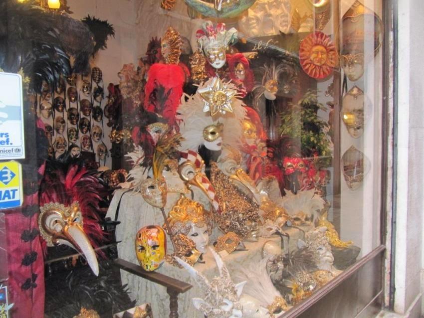 витрина венецианские маски