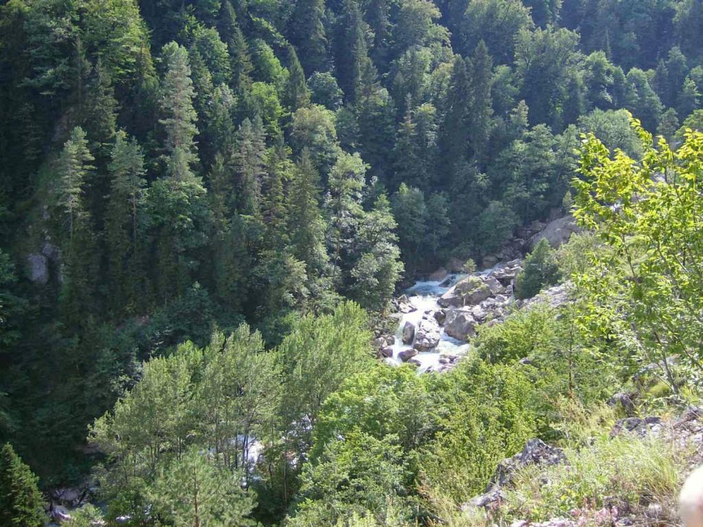 река гега в каньоне
