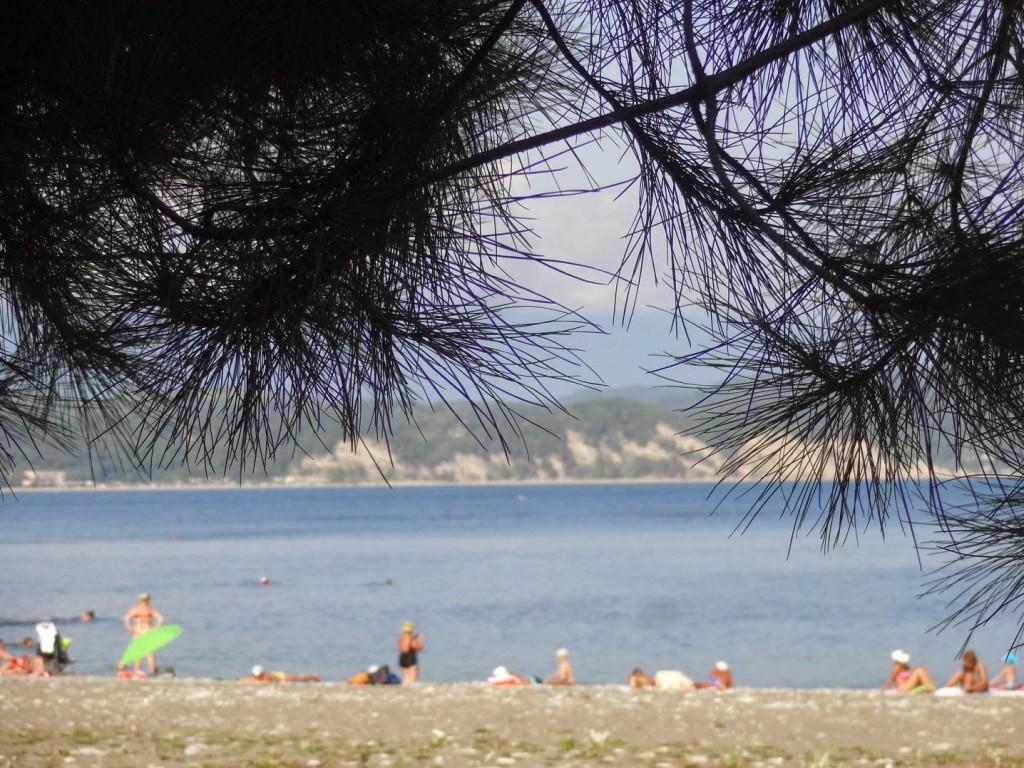 Фото в экстрим купальнике на обычном пляже 16 фотография