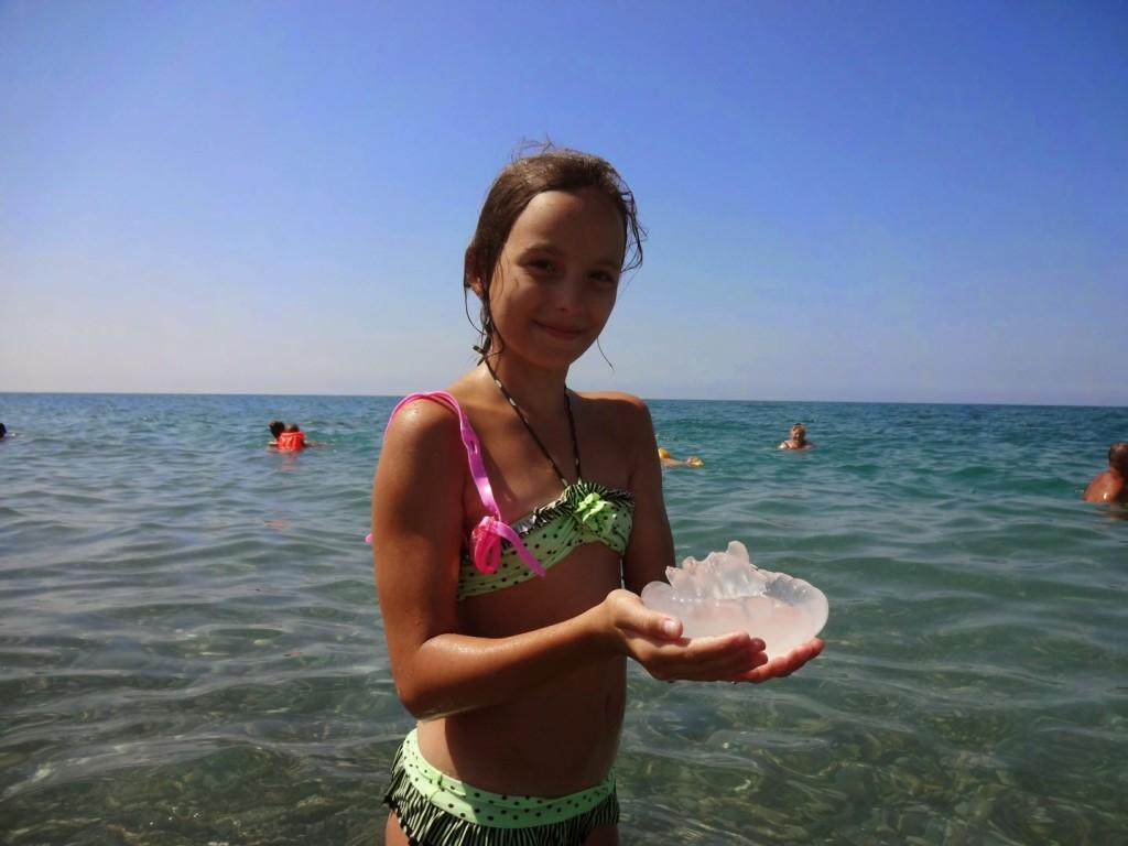 Фото в экстрим купальнике на обычном пляже 18 фотография