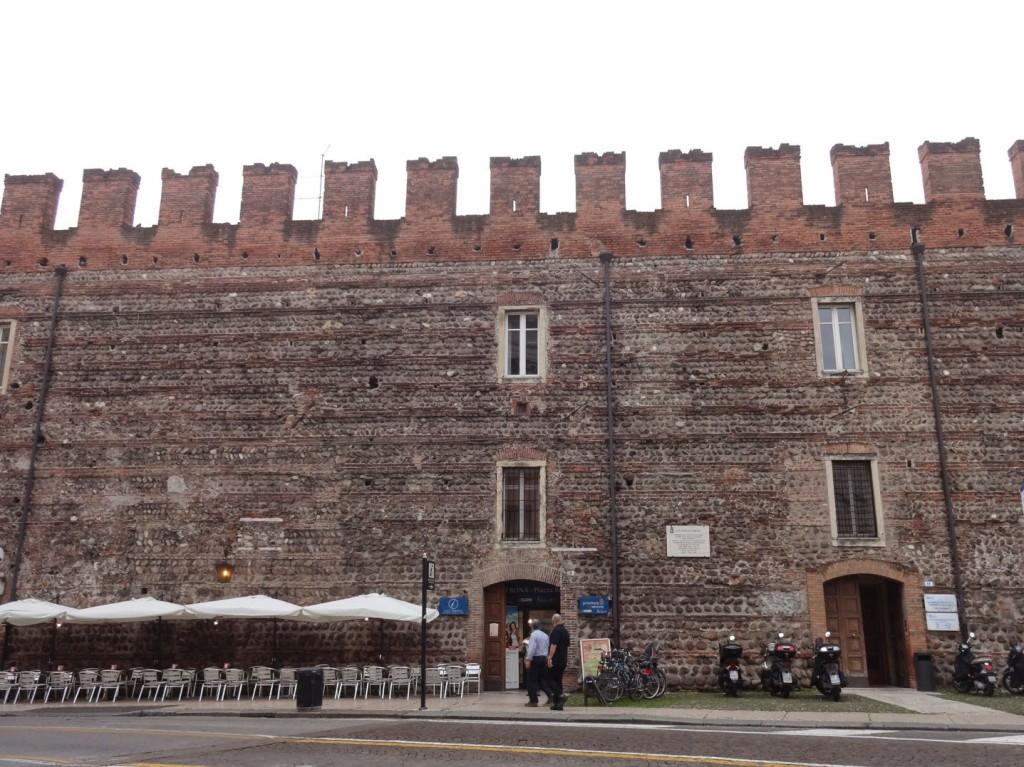 городская стена арена