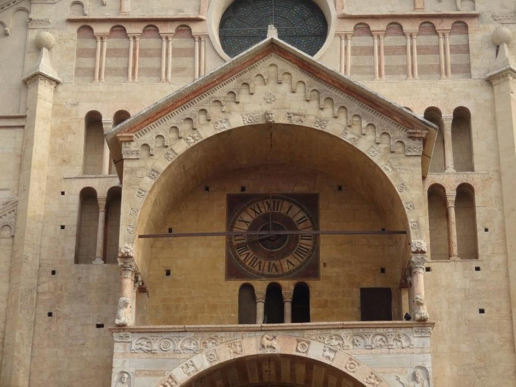 часы на кафедральном соборе верона