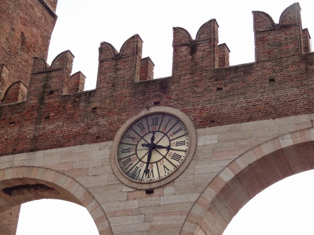 верона часы на арке