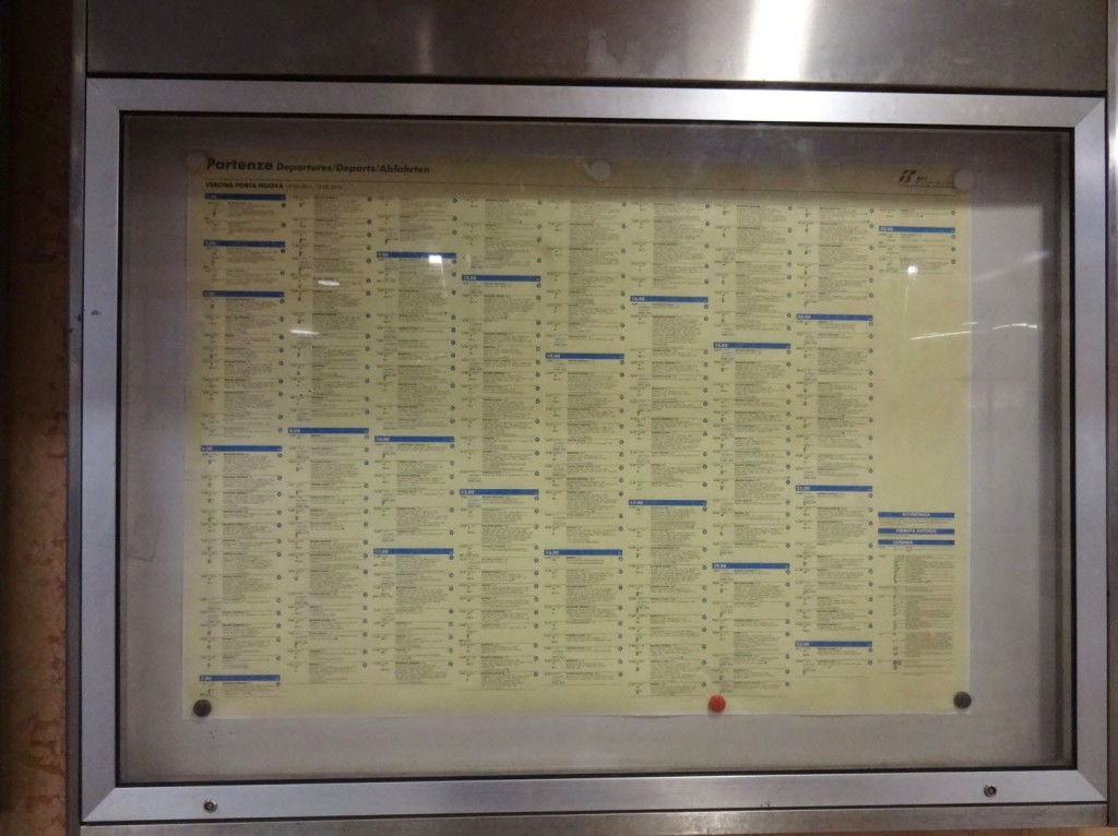 пример расписания итальянских поездов на вокзале