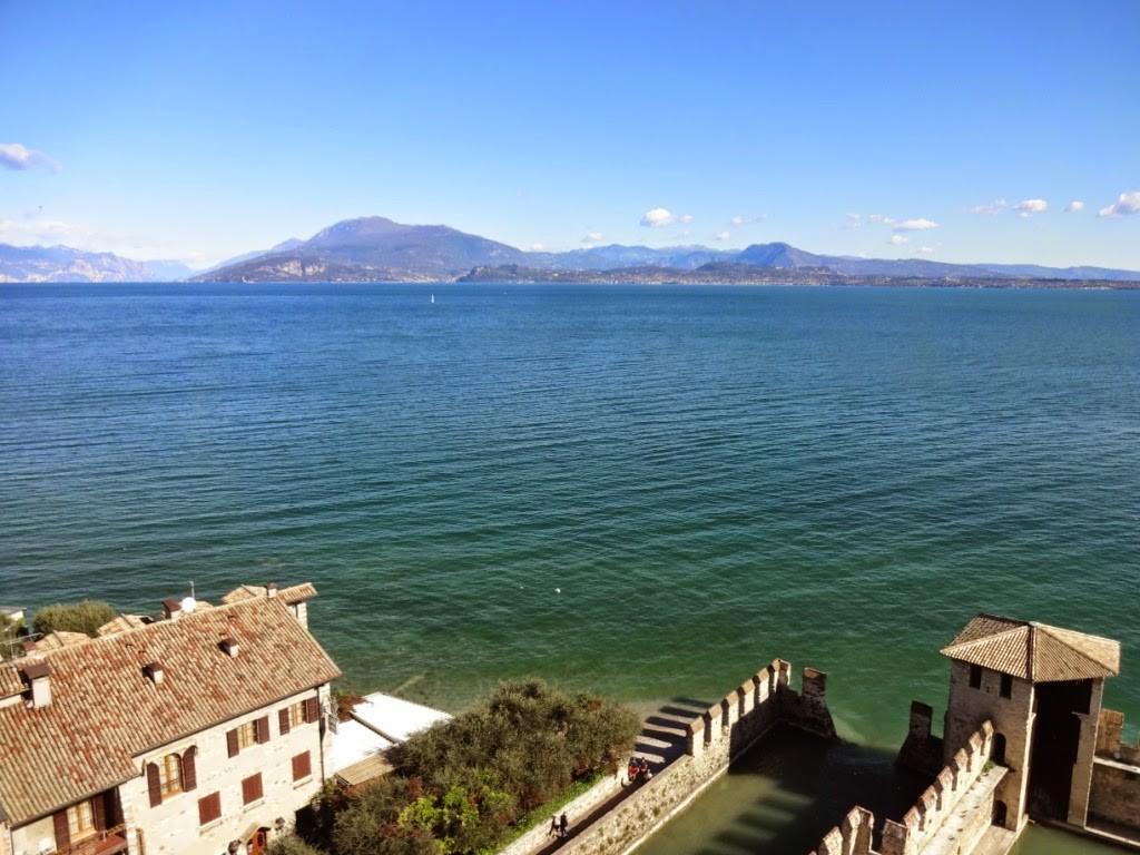 вид на озеро гарда с замка сирмионе