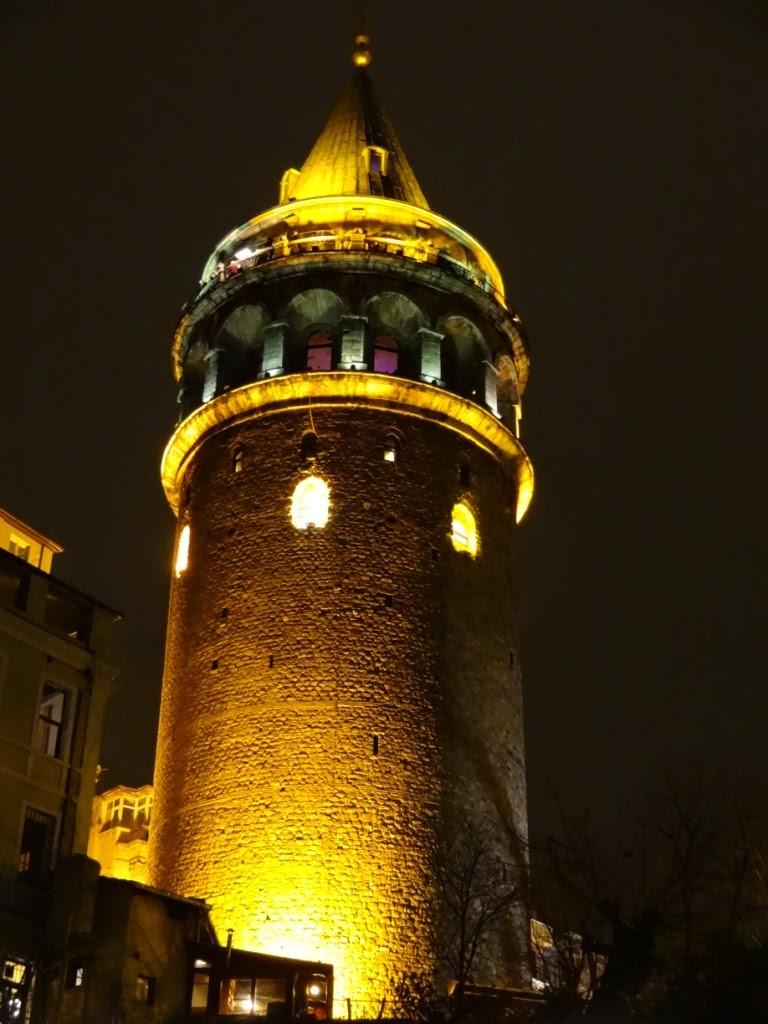 галатская башня фото ночью