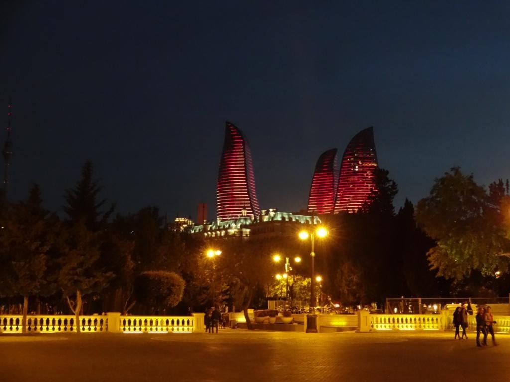 бульвар баку пламенеющие башни вечером