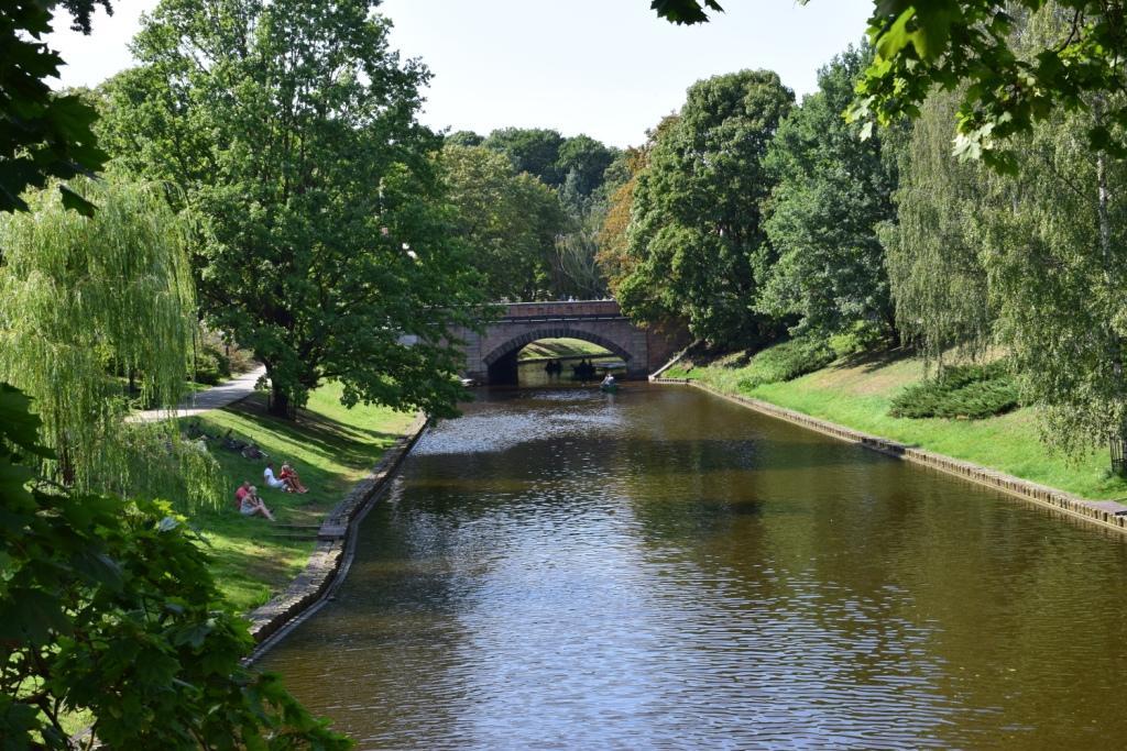 парк вокруг городского канала в риге