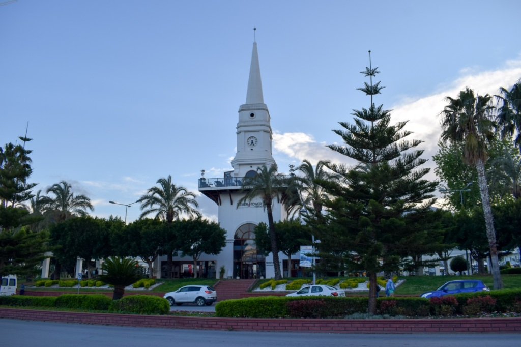 Центральная площадь в Кемере с башней