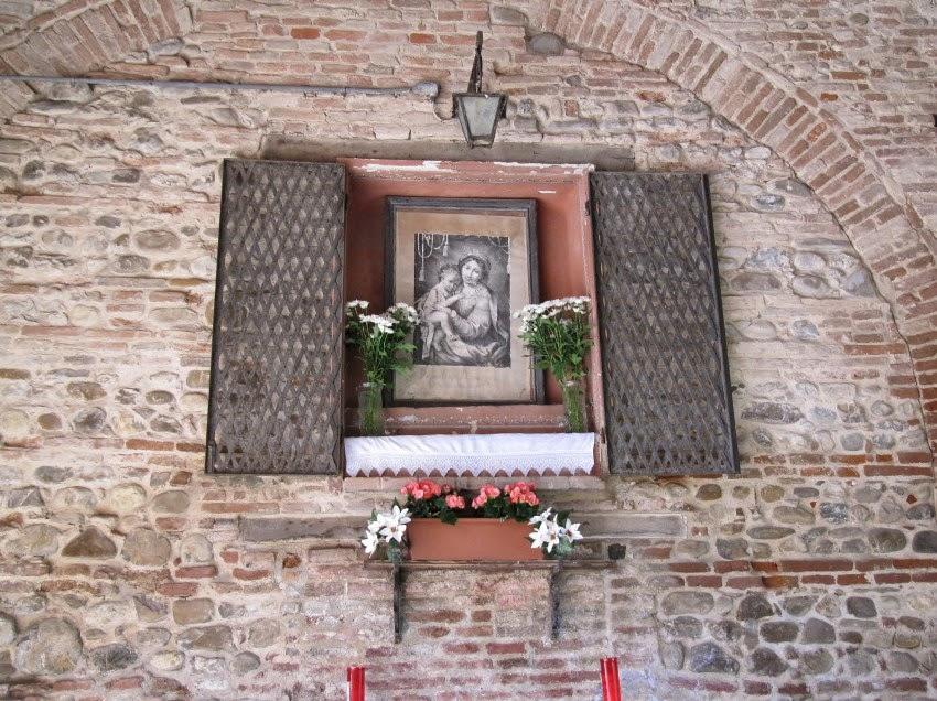 икона в стене дома