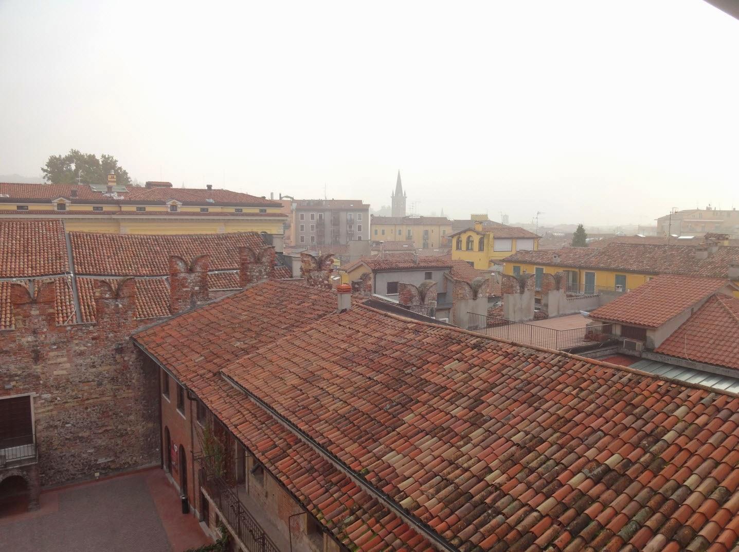 черепичные крыши домов в вероне
