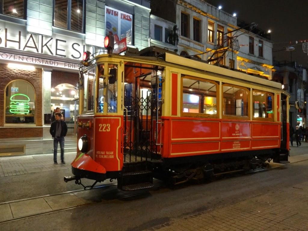 Истикляль ночью трамвай