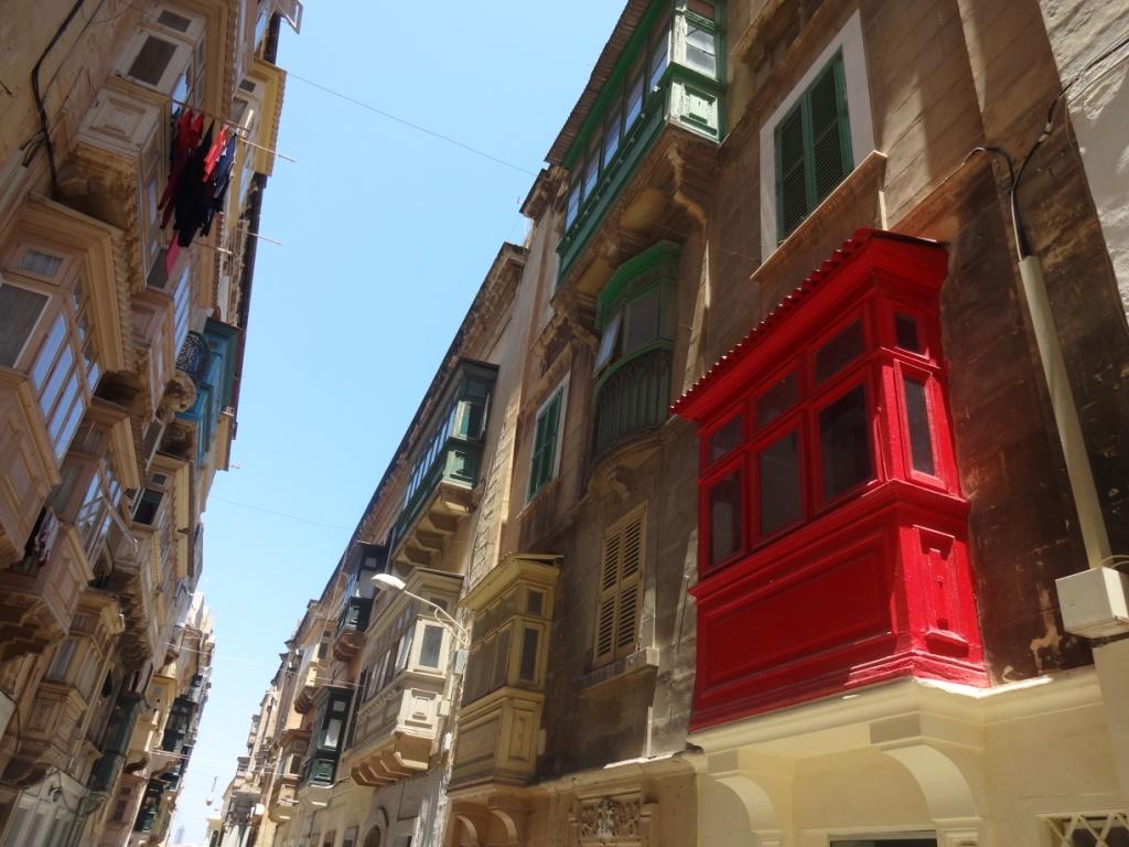 мальтийские яркие балконы