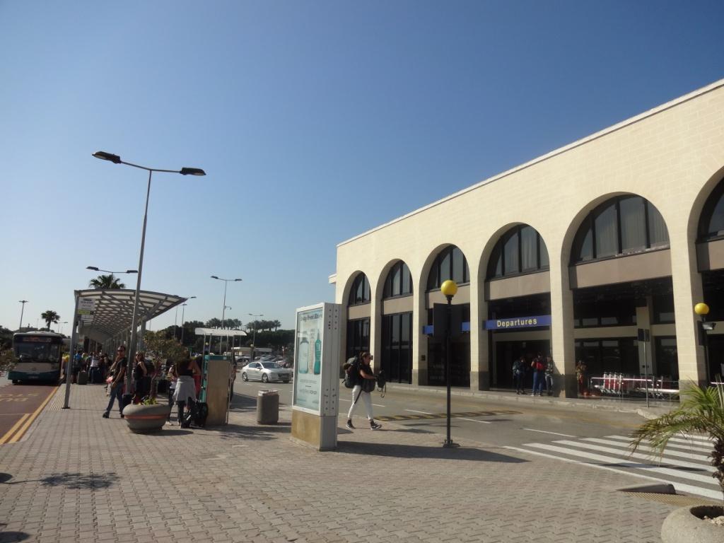 автобусная остановка аэропорт мальта