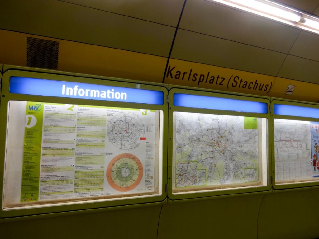 информационный стенды в метро мюнхена